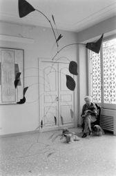Peggy Guggenheim con una scultura Alexander Calder