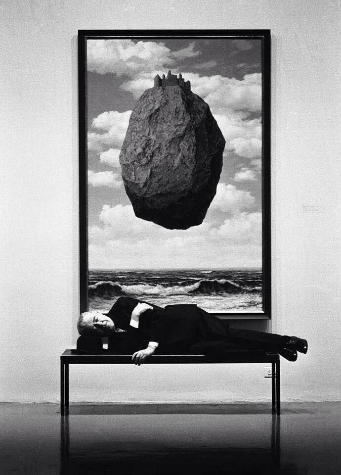 René Magritte su panchina; MOMA, New York, 1963