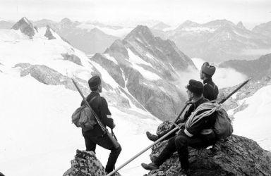 Truppe svizzere montane pattugliano il confine con l'Italia durante la prima guerra mondiale, circa 1914-1918