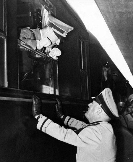 Adolf Hitler parla a Mussolini attraverso la finestra di un treno nel Brennero, 1940