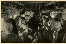 Adolf Hitler su un aereo per il suo compleanno, 1932