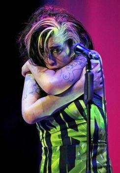 Amy Winehouse durante il suo ultimo concerto a Belgrado, Serbia-2011