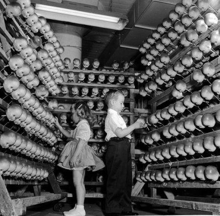 Bambini mormoni scelgono i volti che indosseranno nel prossimo mondo, Salt Lake City, 1948