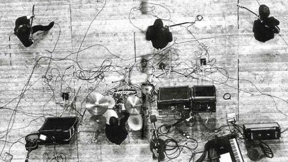 Beatles dall'alto, su un palco di Parigi, 1965