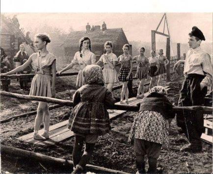 Classe di balletto in una città russa distrutta nella Seconda Guerra Mondiale, anni '40