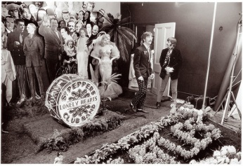 Dietro le quinte: i Beatles durante la foto per la copertina di Sgt. Pepper in 1967