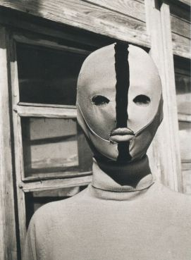 Emilio Pucci, maschera antigelo (1963). Esempio fotografato da Carlo Mollino presso la sua Casa Del Sol a Cervinia, Valle d'Aosta