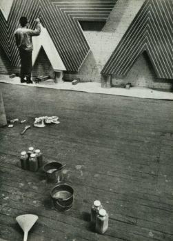 Frank Stella che dipinge nel suo studio
