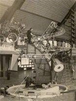 Jean Tinguely, lavorando alla costruzione di Chaos I, presso l'originale Commons di Columbus, Indiana