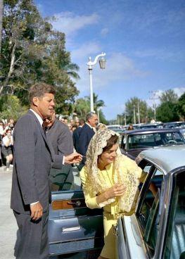 John F. Kennedy e Jacqueline Kennedy Onassis che vanno via dalla chiesa per l'anno nuovo, 1963