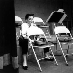 Judy Garland si prende una pausa in uno studio di registrazione alla fine degli anni '50