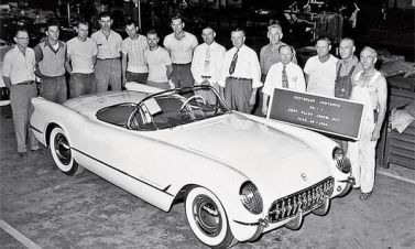 La prima Chevrolet Corvette lanciata dalla General Motors a Flint, Michigan, il 30 giugno 1953