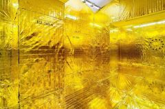 Leonardo Boscani - Golden Zimmer, 2017 - Coperte isotermiche 300 mq circa. Museo MAN Nuoro - courtesy MAN Nuoro - @photo Giuseppe Dessì
