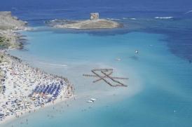 Leonardo Boscani - NO T(H)ANKS, 2007 - Agenzia Viaggi Clandestini VU VULA' Spiaggia della Pelosa (Sardegna) coll. fotografica P. Cuccuru stampa digitale su alluminio 207x149 cm