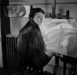 Louise Bourgeois nello studio del suo appartamento al 142 East 18th Street a New York, ca. 1946