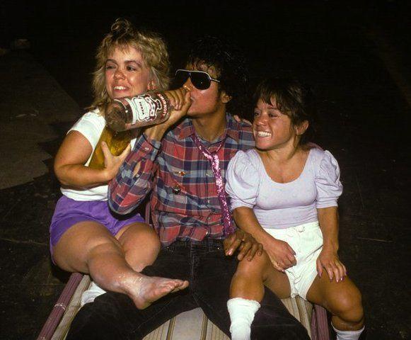 Michael Jackson che beve vodka in compagnia di due nane