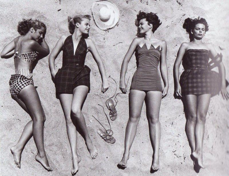 Modelle che prendono il sole con le ultime mode da spiaggia, 1950. Fotografia di Nina Leen