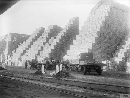 Pile montuose di razioni in scatola in un deposito di approvvigionamento dell'esercito britannico a Rouen, Francia - 15 gennaio 1917