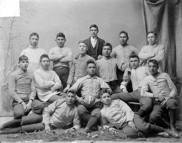 """Ritratto della squadra di football americano dei nativi americani, i """"Pirates"""", in uniforme parziale, 1879"""