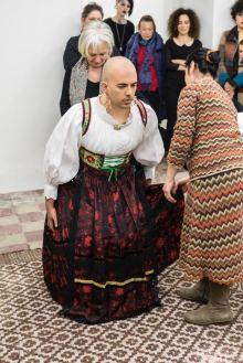 Ruben Montini - La Vestizione della Sposa, 2016, performance 60′ presso Galleria Macca, Cagliari. Ph. Ela Bialkowska, OKNOstudio. Courtesy of Prometeogallery di Ida Pisani, Milano
