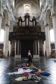 Solo (adagio), 2017, performance 4′ al Bang! Festival, a cura di Joris Van de Moortel, Begijnhfkerk, Bruxelles. Ph. Ela Bialkowska, OKNOstudio. Courtesy of Promteogallery di Ida Pisani, Milano