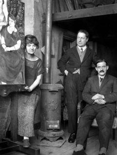 Suzanne Valadon, suo figlio Maurice Utrillo e André Utter, pittore francese. Foto di Henri Martinie. 1920