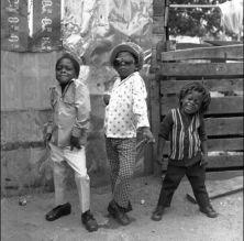 Tre bambini in posa a Kingston, Giamaica, 1974