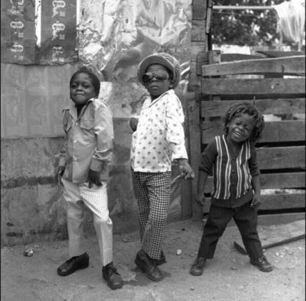 Tre bambini in posa a Kingston, Giamaica, 1974