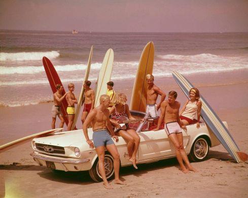 Un party in spiaggia negli anni' 60