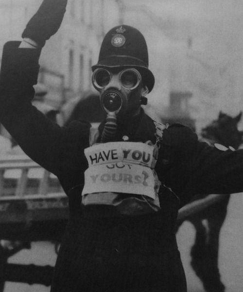 Un poliziotto del traffico a Gloucester, marzo 1941. Fotografia di Nick Yapp