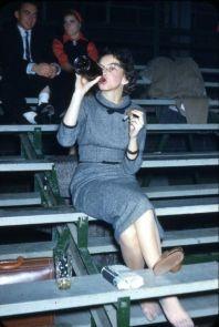 Una donna che beve e fuma il sigaro negli anni '50