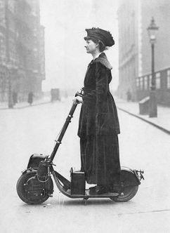 Una donna che guida un Autoped, ca. 1916