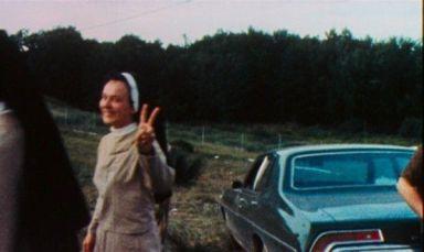 Una suora che fa un segno di pace a Woodstock, 1969