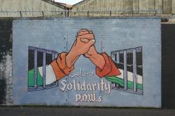 Murale realizzato nell'estate del 2012 che esprime la solidarietà tra i prigionieri repubblicani e palestinesi di guerra. Northumberland St. Dipinto da un artista locale in collaborazione con Carlos Latuff, un disegnatore politico brasiliano.