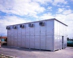 Pedro Cabrita Reis - Absent Names - 2003, alluminio verniciato, copertura di asfalto feltro, condizionatori d'aria standard, luci fluorescenti, 400x1000x600 cm