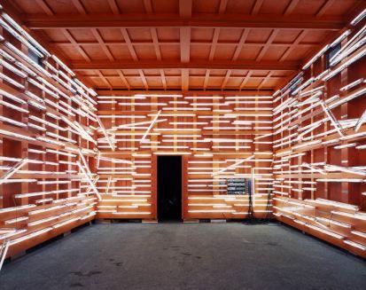 Pedro Cabrita Reis - Absent Names - 2003 alluminio verniciato, copertura di feltro, condizionatori d'aria standard, luci fluorescenti, 400x1000x600 cm