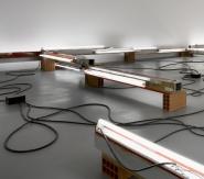 Pedro Cabrita Reis - À propos des lieux d'origine #1 (Paris) - 2005 laterizio, calcestruzzo, luce fluorescente, cavo elettrico, in alluminio, 51x935x740 cm