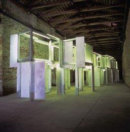 Pedro Cabrita Reis - Longer Journeys - 2003 alluminio pitturato, porte standard di condensato, luce fluorescente, 400x2300x440 cm