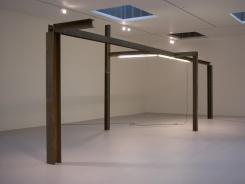 Pedro Cabrita Reis - Stillness - 2005 travi in acciaio, acrilico su tubi fluorescenti, cavo elettrico 370x1105x297 cm