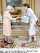 Angelina Jolie si inchina alla regina Elisabetta II nella sala del Buckingham Palace a Londra, in Inghilterra. 10 ottobre 2014