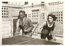 Charlie Chaplin e l'attrice Bebe Daniels che giocano a ping pong nella casa di lei (USA, 1928)