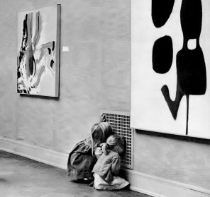 Due bambine più interessate alla griglia di ventilazione dell'aria rispetto all'arte moderna sulle pareti del Museo d'Arte di San Francisco, 1963