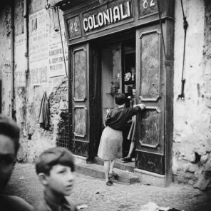 Ercolano, Italia, 1955. (Fotografia di Fosco Maraini)