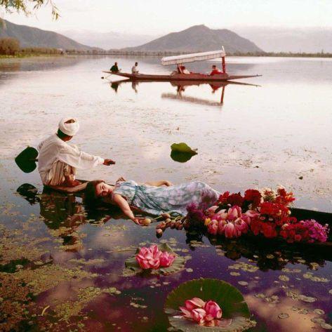 Galleggiando coi fiori, Kashmir, 1956. Fotografia di Norman Parkinson