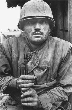 Gli occhi scioccati di un US Marine durante la battaglia di Hue, (Vietnam del sud, 1968). Foto di Don McCullin