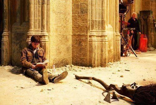 Harry Potter legge Harry Potter sul set di Harry Potter