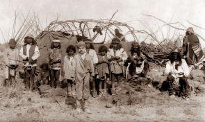 Il bambino bianco prigioniero, Santiago McKinn, posa coi bambini nel campo di Geronimo