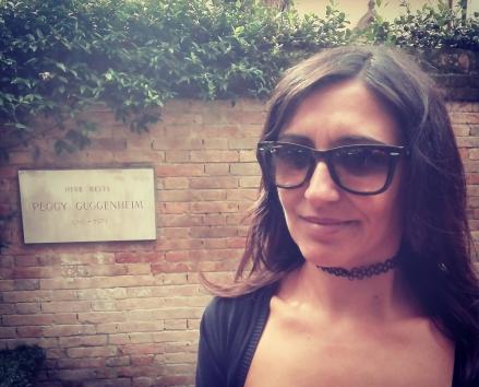 Dietro di me, nel meraviglioso giardino di sculture del Palazzo Venier Dei Leoni riposa Peggy Guggenheim, colei che ha fatto sì che una collezione di tale elevato valore e bellezza sia accessibile a tutti