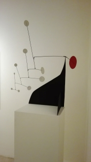 """Disco rosso, punti bianchi su nero"" (1960) by Alexander Calder @ Peggy Guggenheim Collection"