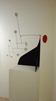 """Disco rosso, punti bianchi su nero"" (1960) by Alexander Calder @ Peggy Guggenheim Collection"